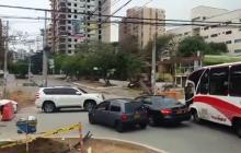 En video: Conductores corren barreras para transitar por la calle 84