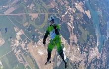En video: Hombre salta de un avión sin paracaídas y cae ileso en una red
