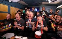 Metallica toca 'Enter Sandman' con instrumentos de juguete