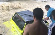 En video | Habitantes de Las Moras evitan que carro sea arrastrado por arroyo