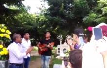 Así cantaron Miguel Morales y sus hijos en la tumba de Kaleth Morales