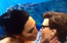 El apasionado beso de Gal Gadot a una actriz en parodia de la 'Mujer Maravilla'