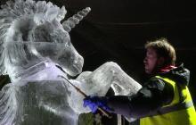 Edimburgo alista sus esculturas de hielo para la temporada navideña