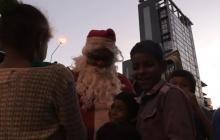 """""""¡Danos comida!"""", gritan a Santa en las calles de Caracas"""