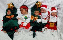 Bebés-Noel de hospital de Indonesia son la sensación en Navidad