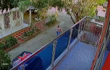 Registran en video atraco a mujer en Los Robles, en Soledad