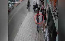 En video | Atracos no 'escampan': hombres en moto roban a pareja bajo la lluvia en el barrio El Valle