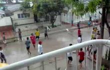 Desde El Valle, reportan nuevos enfrentamientos entre jóvenes bajo la lluvia