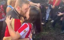 En video | Mujer hincha de Junior le pide matrimonio a su novio, seguidor del Liverpool
