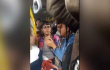 En video | Rechazan conducta de jóvenes fumando marihuana en bus de Transmilenio