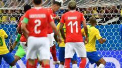 Acción del gol de cabeza de Zuber, que significó el empate 1-1 para Suiza.