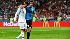 Cristiano Ronaldo ayuda al delantero charrúa a salir de la cancha.