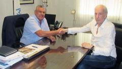 Menotti (d) y Claudio Tapia, presidente de la AFA.