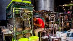 La empresa de velas La Custodia fabricó alrededor de 36.000 paquetes de velas de colores para hoy.