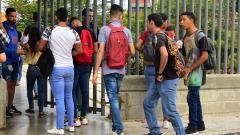 Un grupo de estudiantes intenta ingresar a la Universidad del Atlántico.