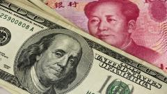En la imagen, billetes de dólar estadounidenses y Renminbi chinos.