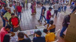 Varios ciudadanos hacen fila para ejercer su derecho al voto en una mesa ubicada en el Colegio Metropolitano de Soledad 2000.