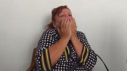 Beatriz Arcila Henao llorando en la sala de velación de la funeraria donde reposa el cuerpo de su hijo.