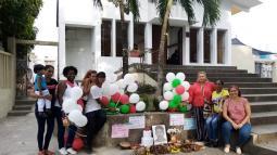 Apoyada por amigos y famuliares Cleider Blanco ha realizado varios plantones en la puerte del Cementerio de Sincelejo.