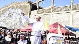 Mario Tarud, en su papel de Papa Francisco, pasó su trago de aguardiente delante de los espectadores.