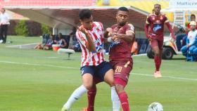 Jefferson Gómez marcando al lateral izquierdo del Tolima Danovis Banguero.