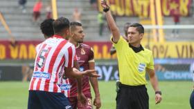 Momento en el que el árbitro Carlos Mario Herrera expulsó a Larry Vásquez.