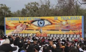 El mural está ubicado a una orilla de la Troncal del Caribe, en el  mismo lugar donde ocurrió el fatal accidente.