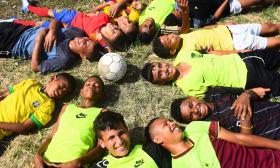 El amor, la pasión y los sueños de estos jóvenes y niños por el fútbol son más fuertes que la escasez y las adversidades.