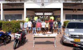 Los capturados en la operación Apolo con las armas, vehículos, dinero y celulares incautados, entre otros.