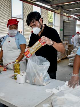 El alcalde Jaime Pumarejo organiza los mercados para entregar a las familias más vulnerables de Barranquilla.