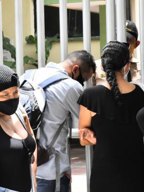 Familiares de cuatro fallecidos esperan a las afueras de Medicina Legal en Barranquilla.