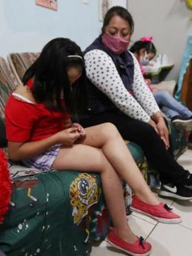Josefina Calixto (c), habla con su hija Evelyn Aranza (i), durante una entrevista con Efe el 26 de febrero de 2021 en el municipio de Huixquilucan, en el Estado de México (México).