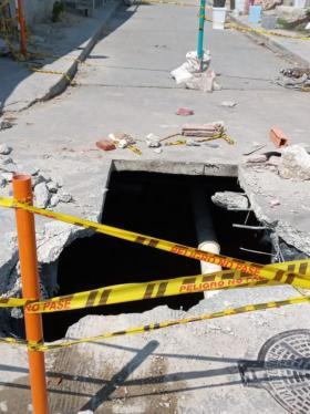 Reportan enorme 'cráter' por rotura de tubería en El Bosque