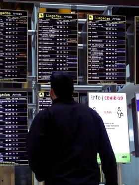 España mantiene cuarentena a 12 países, entre ellos Colombia, Brasil y Perú