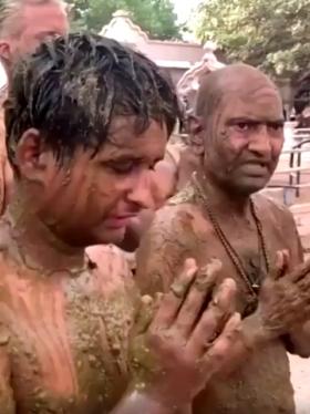 Untarse estiércol y orina de vaca: una supuesta terapia contra la covid en India
