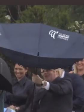 """Boris Johnson protagonizó una fuerte """"pelea"""" con su paraguas junto al príncipe Carlos"""
