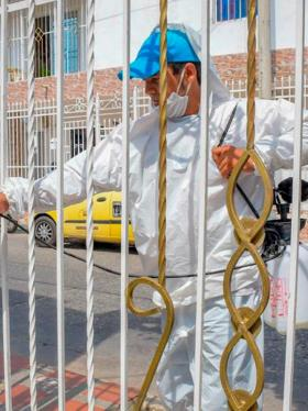 La cuadrilla voluntaria que desinfecta las casas en el sur
