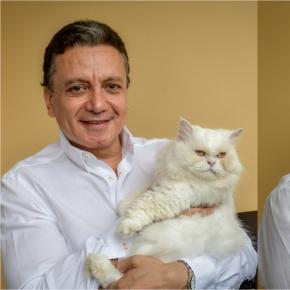 Entrevista con el veterinario Mauricio Casas y sus dos gatos