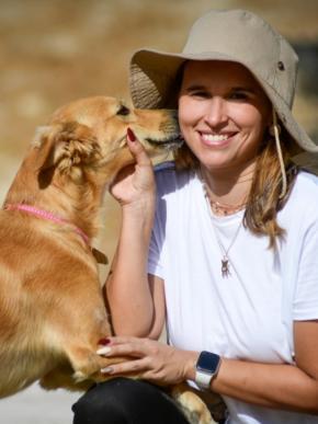 La psicóloga es feliz jugando con sus cinco perros que se han convertido en parte de su familia.