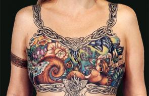 Con arte, mujeres cubren cicatrices de cáncer de mama