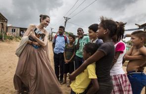 El encuentro de Angelina Jolie con migrantes venezolanos en Riohacha