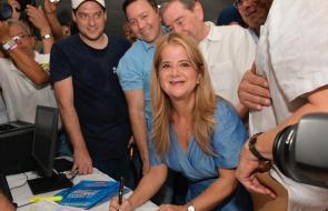 Elsa Noguera inscribe su candidatura a la Gobernación