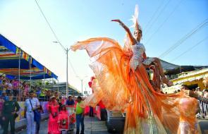 Brillo, color y baile engalanan la vía 40 en la Gran Parada de Comparsas