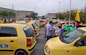 Taxistas recorren vías de Barranquilla marchando contra apps de transporte