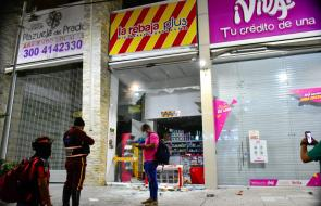 Atacan a piedras varios locales comerciales cercanos a la Plaza de la Paz