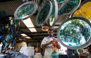 Artesanos diseñan objetos con vidrio reciclado