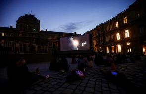 Festival de cine al aire libre en el Louvre de París