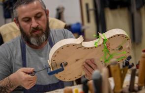 Reclusos de una prisión checa fabrican y reparan instrumentos de cuerda