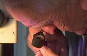 El británico de 72 años que puede tallar sobre una cabeza de alfiler