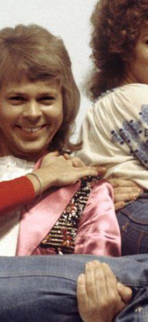 Artistas, principales mensajeros. La música fue un catalizador que terminó propagando la estética de los 70 en todo el mundo. Personajes como Jimi Hendrix, David Bowie, Bob Dylan y agrupaciones como Abba fueron impulsores de lo que hoy es tendencia. La vasta cobertura del festival musical de Woodstock, en 1969, lo difundió aún más.